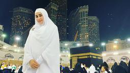 Beberapa waktu lalu, pada bulan April 2019, Tania Nadira menginjakkan kakinya di Tanah Suci Mekkah. Tania menjalankan ibadah Umrah yang kedua kalinya. Dalam kesempatan tersebut, Tania tampak anggun dalam balutan busana putih polos saat berfoto di depan Ka'bah. (Liputan6.com/IG/@tanianadiraa)