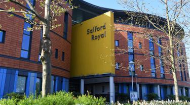 Suasana luar Rumah Sakit Salford Royal di Salford, Greater Manchester, Inggris (6/5). Dukungan terus mengalir untuk eks manajer MU Sir Alex Ferguson yang masih berjuang  setelah operasi pendarahan otak. (AFP Photo/Paul Ellis)