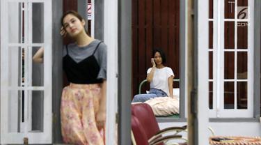 Aktris Chelsea Islan dan Tara Basro berlatih pentas teater Perempuan-Perempuan Chairil di Gedung Nyi Ageng Serang, Jakarta, Rabu (8/11). Pementasan teater ini akan digelar pada 11 dan 12 November 2017. (Liputan6.com/Immanuel Antonius)