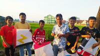 Para pehobi layangan asal Kampung Ciawitali, Desa Jayaraga, Kecamatan Tarogong Kidul, Garut, nampak ceria sebelum memaikan aduan layangan dengan warga lainnya. (Liputan6.com/Jayadi Supriadin)