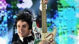 Billi Joe adalah vokalis dari Grup Band Green Day, Ia pernah mengaku dirinya adalah seorang biseksual seperti yang ia katakan kepada The Advocate pada 1995. (MIKE COPPOLA / GETTY IMAGES NORTH AMERICA / AFP)