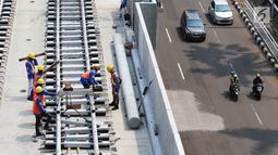 Pekerja menyelesaikan pemasangan rel kereta proyek pembangunan MRT di Jakarta, Selasa (31/10). Pembangunan fisik Mass Rapid Transit (MRT) Jakarta fase 1 hingga akhir September 2017 telah mencapai 80%. (Liputan6.com/Angga Yuniar)