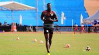 Striker asing anyar milik Persipura, Pape Abdoulaye N'daw, terancam tidak bisa berkiprah di Liga 1 2018 karena kendala negara asal yang tidak terverifikasi dalam draft regulasi yang dikeluarkan PT Liga Indonesia Baru. (Instagram/Persipura Jayapura)