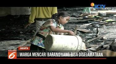 Korban kebakaran kolong Tol Pluit masih bertahan di pengungsian. Sementara sebagian kembali ke lokasi kebakaran untuk mengaisi sisa harta benda.