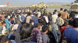Tentara AS berjaga di sepanjang perimeter di bandara internasional di Kabul, Afghanistan (16/8/2021). Kementerian Luar Negeri dan Kementerian Pertahanan Amerika Serikat mengumumkan bahwa mengambil alih kontrol lalu lintas udara di Bandara tersebut. (AP Photo/Shekib Rahmani)