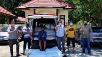 Tim Resmob Polres Bone Bolango saat mengamankan pelaku penyeludup miras ke Gorontalo (Arfandi Ibrahim/Liputan6.com)