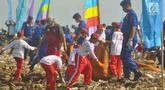 Sejumlah pelajar dan petugas melakukan aksi bersih-bersih di Pantai Cipta Semarang, Kamis (21/2). Aksi ini merupakan bagian dari Hari Peduli Sampah Nasional dan mengumpulkan sampah hingga dua truk. (Liputan6.com/Gholib)