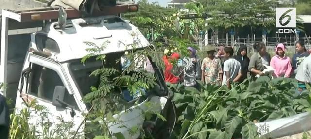 Kecelakaan maut terjadi si Surakarta seorang pengendara motor tewas ditabrak truk pengangkt pasir.