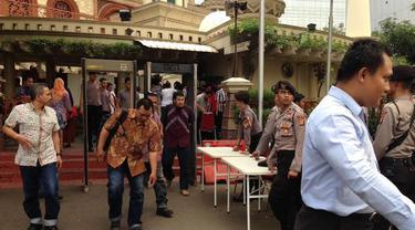 Pengamanan Masjid di Mapolda Metro Jaya diperketat pasca-teror terhadap anggota kepolisian (Liputan6.com/Nafiysul Qodar)