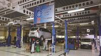 Seroang mekanik sedang melakukan service di bengkel mobil Daihatsu. (Dok Daihatsu)