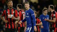 Pemain Chelsea, Ross Barkley berjalan melintasi lapangan saat menjamu Bournemouth pada laga pekan ke-25 Premier League 2017-2018 di Stamford Bridge, Rabu (31/1). Chelsea menderita kekalahan telak 0-3 dari tamunya Bournemouth. (AP /Tim Ireland)