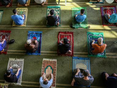 Orang-orang Palestina menjaga jarak ketika mereka ikut serta dalam salat zuhur di masjid Al-Abrar di Rafah, selatan Jalur Gaza, Rabu (3/6/2020). Masjid-masjid kembali dibuka bagi jemaah menyusul pelonggaran pembatasan Covid-19 di Jalur Gaza. (Photo by SAID KHATIB / AFP)