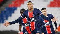 Striker Paris Saint-Germain, Kylian Mbappe, melakukan selebrasi usai mencetak gol ke gawang Barcelona pada laga Liga Champions di Stadion Parc des Princes, Kamis (11/3/2021). Kedua tim bermain imbang 1-1. (AFP/Franck Fife)