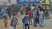 Orang-orang berjalan untuk naik feri menuju kota asal mereka setelah pelonggaran lockdown nasional COVID-19 di Sreenagar, Selasa (13/7/2021). Pemerintah Bangladesh melonggarkan lockdown yang sedang berlangsung selama seminggu mulai 15 hingga 22 Juli untuk perayaan Idul Adha. (Munir Uz zaman/AFP)