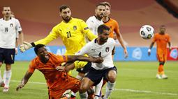 Gelandang Italia, Leonardo Spinazzola, berebut bola dengan bek Belanda, Denzel Dumfries, pada laga UEFA Nations League di Amsterdam Arena, Selasa (8/9/2020) dini hari WIB. Italia menang tipis 1-0 atas Belanda. (AFP/Maurice Van Steen/ANP)