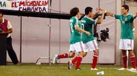 Striker Timnas Meksiko Javier 'Chicharito' Hernandez (paling kanan) merayakan gol bersama rekan-rekannya saat menghadapi Guatemala dalam partai perempat final Concacaf Gold Cup di New Jersey, 18 Juni 2011. Mike Stobe/Getty Images/AFP