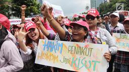Momen saat massa pro Basuki Tjahaja Purnama atau Ahok yang tergabung dalam Komunitas Bangsa Bersatu ketika melakukan aksi di depan PN Jakarta Utara, Senin (26/2). Mereka meminta Ahok dibebaskan (Liputan6.com/Arya Manggala)