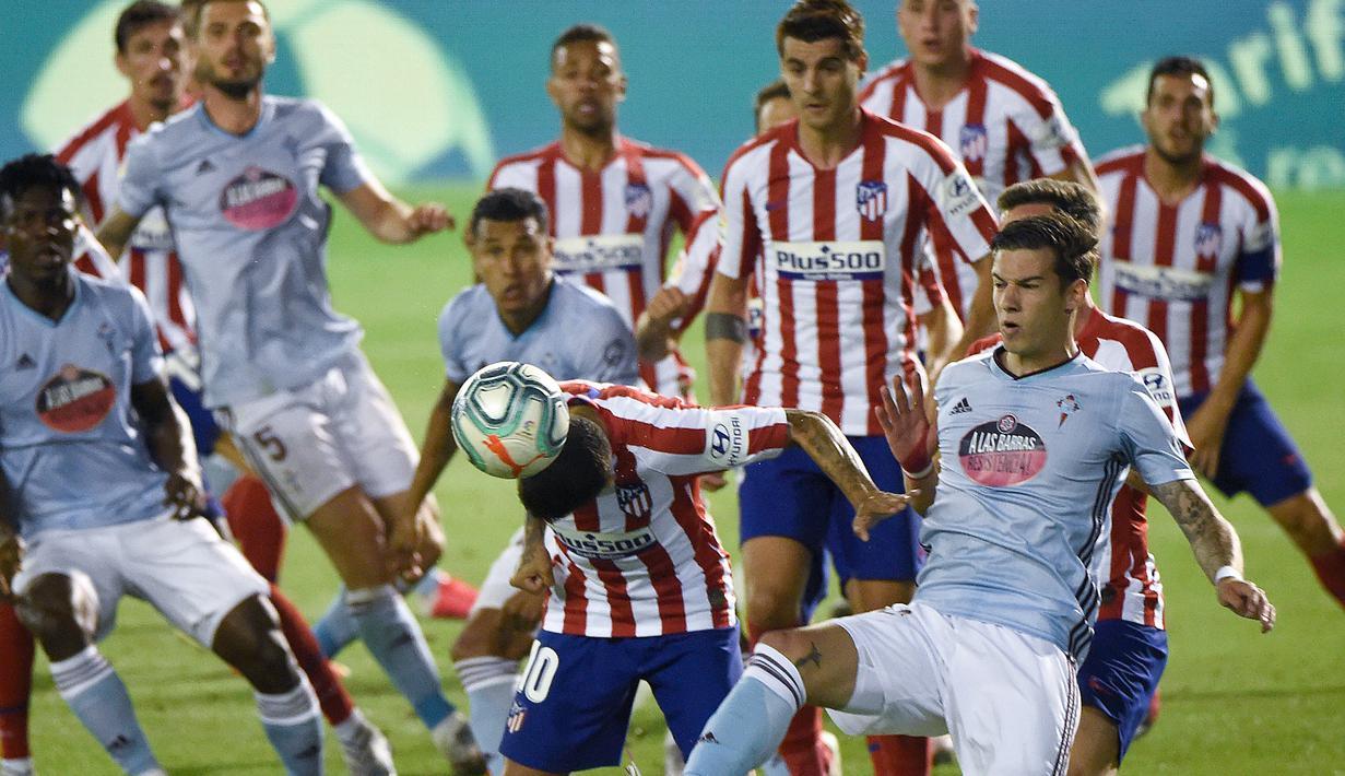Penyerang Atletico Madrid, Angel Correa, berebut bola dengan penyerang Celta Vigo, Santi Mina, pada laga lanjutan La Liga di Abanca-Balaidos, Rabu (8/7/2020) dini hari WIB. Atletico Madrid ditahan imbang 1-1 oleh Celta Vigo. (AFP/Miguel Riopa)
