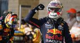 Pembalap Red Bull Racing, Max Verstappen sukses meraih kemenangan kedelapan di Formula 1 2021 usai menjuarai GP Amerika Serikat yang berlangsung di Circuit of the Americas (COTA). Hasil tersebut membuat Max kokoh di puncak klasemen dengan raihan 287,5 poin. (AP/Eric Gay)