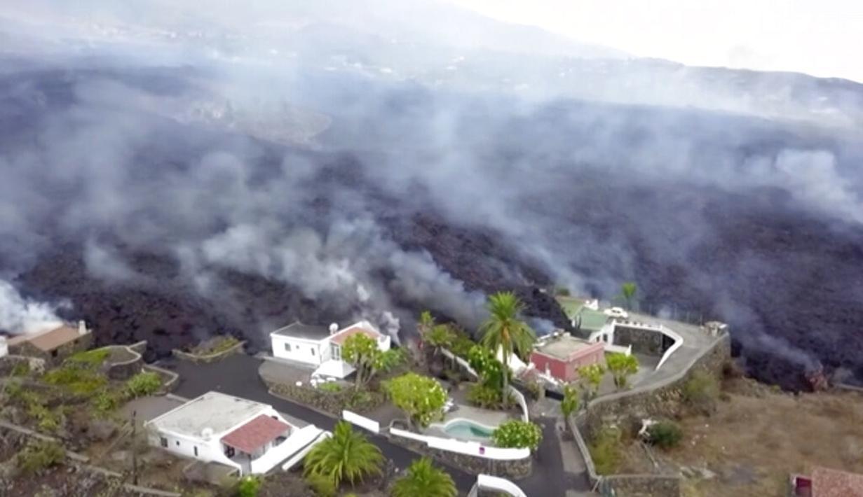 Gambar dari video lava terlihat setelah letusan gunung berapi di La Palma, Spanyol (20/9/2021). Lava raksasa berjatuhan perlahan tapi tanpa henti ke arah laut setelah gunung berapi meletus di Spanyol. (OVERON via AP)