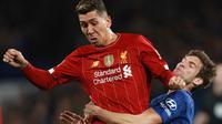 Striker Liverpool, Roberto Firmino berebut bola dengan bek Chelsea, Marcos Alonso pada laga putaran lima Piala FA di Stamford Bridge, London, Selasa (3/3/2020). Chelsea mengemas kemenangan telak 2-0 atas tamunya Liverpool. (AP/Ian Walton)