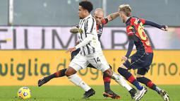 Pemain Juventus Weston McKennie (kiri) menggiring bola saat melawan Genoa pada pertandingan Serie A Italia di Stadion Luigi Ferraris, Genoa, Italia, Minggu (13/12/2020). Juventus menang 3-1, Cristiano Ronaldo mencetak dua gol. (Tano Pecoraro/LaPresse via AP)