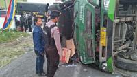 Jalur tengkorak Kledung-Kertek kembali makan korban. Satu orang tewas saat truk teguling akibat rem blong. (Foto: Liputan6.com/Polres Wonosobo/Muhamad Ridlo)