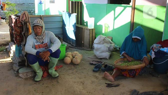 Sairin dan istrinya, Isah sedang beristirahat di depan huntaranya di Desa Jono Oge, Sigi setelah menggarap kebun yang disewanya, Kamis (20/2/2020). (Foto: Liputan6.com /  Heri Susanto)