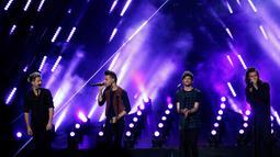 """One Direction membawakan single terbarunya berjudul """"Perfect"""" saat mengisi acara American Music Awards 2015 di Los Angeles, California, (22/11/2015).  One Direction juga memenangkan dua kategori penghargaan dalam AMA 2015 kali ini. (REUTERS/Mario Anzuoni)"""