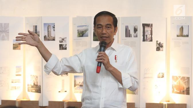 Calon Presiden Nomor Urut 01 Joko Widodo berdiskusi dengan masyarakat kreatif Bandung di Simpul Space, BandungSabtu (10/11). Jokowi berdialog dengan masyarakat kreatif Bandung dalam upaya mengembangkan ekonomi digital. (Liputan6.com/Angga Yuniar)