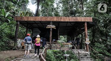 Pengunjung antre dengan berjaga jarak saat membeli tiket masuk wisata Jembatan Gantung (Suspension Bridge) Situ Gunung, Sukabumi, Jawa Barat, Minggu (20/9/2020).  Jumlah wisatawan yang berkunjung ke Jembatan Gantung terpanjang se-Asia Tenggara tersebut menurun drastis. (merdeka.com/Iqbal S. Nugroho)