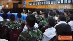 Citizen6, Biak: Komandan Guskamlatim memberikan amanat saat pelaksanaan Jam Komandan yang dihadiri oleh seluruh prajurit dan PNS Guskamlatim di Ruang Rapat Mako Guskamlatim pada, Kamis (21/6). (Pengirim: Penarmatim)