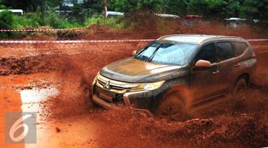 All New Pajero Sport  saat melakukan Test Drive and Ride`di Jakarta, Kamis (25/2). Dalam ajang test drive and ride juga turut menghadirkan  Pereli Paris Dakar, Hiroshi Matsuoka serta pereli nasional, Rifat Sungkar. (Liputan6.com/Angga Yuniar)
