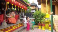 Umat Hindu dan Budha sembahyang bersama di kelenteng ini (Liputan6.com/Dewi Divianta)