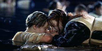 Perdebatan 20 tahun mengenai Jack takkan meninggal jika Rose berbagi ruang di pintu yang menjadi penyelamatnya pun masih belum berakhir. (Paramount Pictrures)