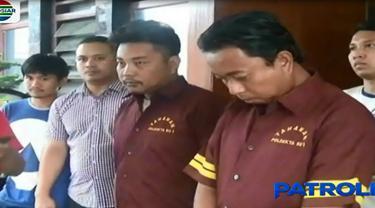 Kepada polisi, kedua tersangka mengaku pembunuhan itu dilatarbelakangi dendam.