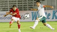Gelandang Timnas Indonesia  U-23, Adam Alis berusaha menjebol gawang Tira Persikabo. (Foto: Bola.com/M. Iqbal Ichsan)