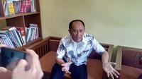Api Masduki, Kakak Teten Masduki saat memberikan penjelasan di depan wartawan Garut, Jawa Barat (Liputan6.com/Jayadi Supriyadin)
