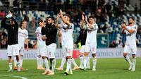 Pemain AC Milan merayakan kemenangan usai pertandingan melawan Sassuolo pada lanjutan Liga Serie A Italia di Stadion Mapei, Reggio Emilia (30/9). AC Milan menang telak 4-1 atas Sassuolo berkat gol Kessie, Suso dan Castillejo.  (AP Photo/Serena Campanini)