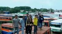 Puluhan bus Metro Mini dan Kopaja ditahan petugas Dinas Perhubungan (Dishub) Jakarta.