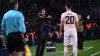 Pelatih Paris Saint-Germain Thomas Tuchel memberi instruksi pada laga Liga Champions melawan Manchester United (MU) di Parc des Princes. (AFP/Anne-Christine Poujoulat)