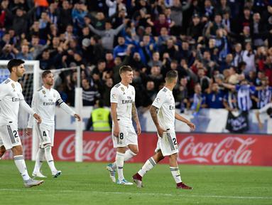 Para pemain Real Madrid meninggalkan lapangan setelah kalah dalam pertandingan melawan Deportivo Alaves pada lanjutan La Liga Spanyol di stadion Mendizorroza, di Vitoria (6/10). Madrid takluk 1-0 Deportivo Alaves. (AP Photo/Alvaro Barrientos)