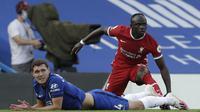 Bek Chelsea Andreas Christensen mendapat kartu merah usah melanggar winger Liverpool Sadio Mane pada laga Liga Inggris di Stamford Bridge, Minggu (20/9/2020). (AFP/Matt Dunham)
