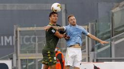 Gelandang Lazio, Manuel Lazzari, berebut bola dengan bek Brescia, Ales Mateju, pada laga lanjutan Serie A pekan ke-37 di Stadion Olimpico, Kamis (30/7/2020) dini hari WIB. Lazio menang 2-0 atas Brescia. (AP Photo/Riccardo De Luca)