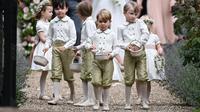Pangeran George mencuri atensi pada pernikahan Pippa Middleton dan  James Matthews, di Gereja St. Mark, Inggris, Sabtu (20/5). Pangeran George yang tampil begitu menggemaskan itu bertugas menjadi page boy di pernikahan Pippa.  (Justin Tallis/Pool via AP)