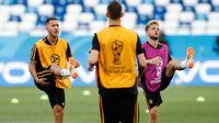 Gelandang Belgia, Eden Hazard dan Dries Mertens melakukan pemanasan saat latihan di stadion Kaliningrad,  Rusia (27/6). Belgia akan bertanding melawan Inggris pada grup G Piala Dunia 2018. (AP Photo/Alastair Grant)