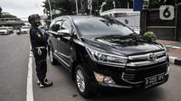 Petugas keamanan mengawal kendaraan yang ditumpangi penyidik KPK saat mendatangi Gedung Mina Bahari KKP, Jakarta, Rabu (25/11/2020). Kedatangan penyidik KPK sebagai tindak lanjut penyelidikan terkait penangkapan menteri Edhy Prabowo dan sejumlah pegawai KKP. (merdeka.com/Iqbal Nugroho)