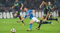 Striker Napoli, Dries Mertens, terjatuh saat berebut bola dengan bek Inter Milan, Danilo D'Ambrosio, pada laga Serie A Italia di Stadion San Paolo, Naples, Sabtu (21/10/2017). Napoli bermain imbang 0-0 dengan Inter Milan. (AP/Ciro Fusco)
