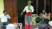 Dukungan warga desa untuk pasangan Marianus Sae-Emelia Nomleni (Marhaen) terus menguat. Saat berkunjung ke Desa Oemofa, Kecamatan Amabi Oefeto Timur, Kabupaten Kupang, Emelia disambut antusias ratusan warga dengan upacara adat Timor.