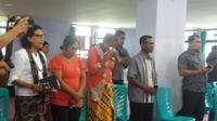 Foto : Aktivis dan keluarga menggelar doa bersama saat ulang tahun kematian Adelina Sau, TKW asal NTT (Liputan6.com/Ola Keda)